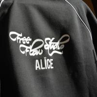 Alice -välja tikitud pusale2