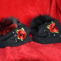 Mooni ja pärlitega mütsid