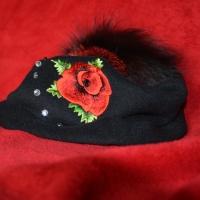 Mooni tikandi ja klaaspärlitega müts